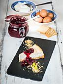 Cheesecake mit Keksboden und eingelegten Kirschen