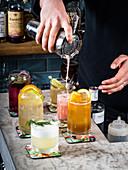 Skandinavisch angehauchte Cocktails servieren