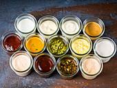 Verschiedene Saucen in Gläsern