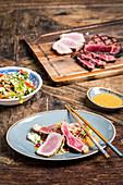 Surf And Turf vom Thunfisch und Rumpsteak auf Asia-Salat