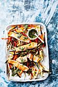 Lachs mit Ofengemüse und Basilikumpesto