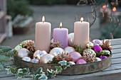 Tablett mit Kerzen und Christbaumkugeln