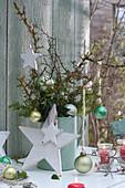 Strauß aus Zweigen weihnachtlich geschmückt
