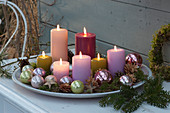 Schale mit Kerzen und Christbaumkugeln als Weihnachtsdeko