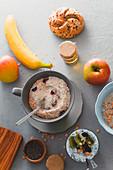 Gesunde Müslis und Breis zum Frühstück (Aufsicht)