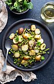Rustikaler Kartoffelsalat mit Erbsen und Minze