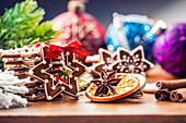 Verzierte Lebkuchen mit Weihnachtsdekoration auf Holztisch