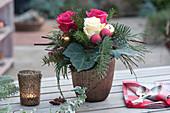 Kleiner Weinachtsstrauß mit Rosen