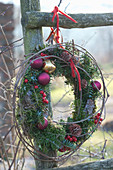 Kranz aus Tannenzweigen weihnachtlich geschmückt