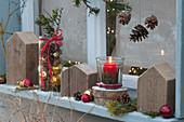 Weihnachtliche Deko vorm Fenster