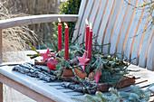 Advents-Gesteck mit roten Kerzen und Sternen