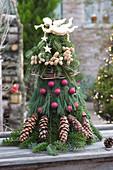 Aus Zweigen gebundener Weihnachtsbaum