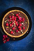 Tarte mit Schokoladenganache und Himbeeren (Aufsicht)