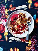 Weisser Schokoladencrumble mit Rotweinquitten