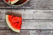 Wassermelonenscheibe auf Holzuntergrund