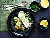 Fischfilet mit Kartoffel-Zwiebel-Salat und Safran-Aioli
