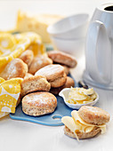 Scones belegt mit Butter und Käse zum Frühstückstee