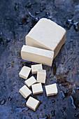 Tofu, angeschnitten und in Würfeln