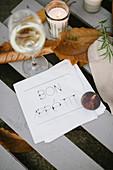 Weissweinglas und herbstliche Tischdeko