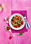 Zucchininudeln mit gebratenem Gemüse, Kresse und Chiliflocken