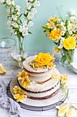 Zweistöckige Hochzeitstorte mit Zitronen-Holunderblütencreme