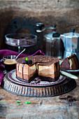 Schokoladen-Cheesecake mit verschiedenen Schokoladensorten