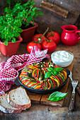 Bunte Ratatouille mit Sauerrahm und Brot