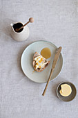 Eine Scheibe Brot mit Butter und Honig