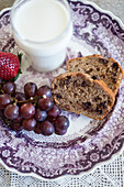 Banana cake (USA), grapes and milk