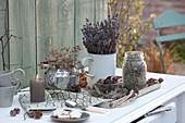 Getrockneten Kräuter und Zapfen als herbstliche Tischdeko