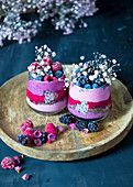 Smoothie (Erdbeeren, Himbeeren, Heidelbeeren) mit Drachenfrucht und Schokomüsli