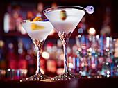 Zwei Martinis in einer Bar