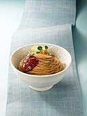 Naengmyeon (kalte Nudeln) mit würziger Sauce (Korea)