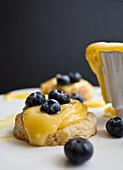 Mini-Shortcakes mit Lemoncurd und Blaubeeren
