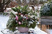 Weihnachtsstrauß mit gemischten Zweigen und Christbaumkugeln
