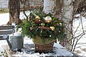Weihnachtsstrauß mit Christbaumkugeln