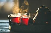 Teekanne und türkische Teegläser mit frisch aufgebrühtem Tee auf orientalischem Tablett