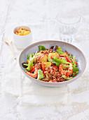 Roter-Reis-Salat mit Garnelen, Sellerie und Pfirsich