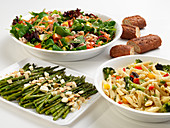 Green asparagus, penne with vegetables and mixed salad, served with bread