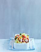 Couscoussalat mit Paprika und Feta in Lunchbox