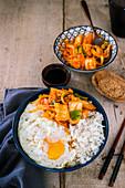 Gedünsteter Reis mit Spiegelei und Kimchi
