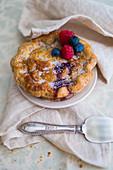 Mini-Pie mit gemischten Beeren und Zucker