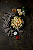 Gebratene Hähnchenkeulen auf Spaghetti alla Carbonara (Aufsicht)