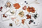 Tableau mit verschiedenen kleinen Gerichten der koreanischen Küche (Aufsicht)