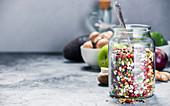 Bunt gemischte Hülsenfrüchte im Glasgefäss