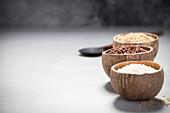 Drei verschiedene Reissorten in Kokosnussschalen