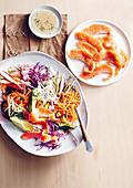 Rohkostsalat mit Lachs-Sashimi