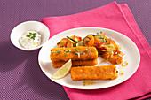 Fischstäbchen mit Gemüse, Bratkartoffeln und Paprikadip