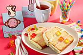 Limettenkuchen mit Buttercreme zum Kindergeburtstag mit Gummibärchen und Kerzen