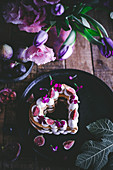 Sparkling wine buttercream tart with figs and flowers